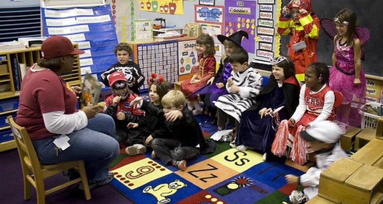 En los salones de clase, los paraprofesionales ayudan a los maestros con las tareas tales como la narración de cuentos.