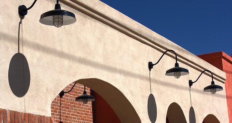Los reflectores exteriores son utilizados como un medio de seguridad para las viviendas y las zonas comerciales.