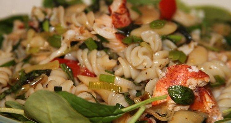O macarrão à caçarola pode ser adaptado para uma dieta pobre em proteína