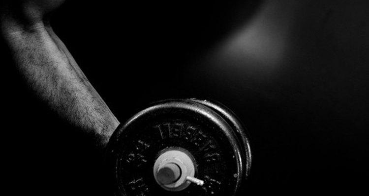 A dor no ombro pode ser causada pelo levantamento de objetos pesados