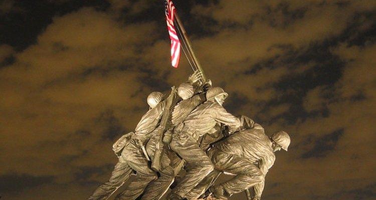 Estatuas de marines alzando una bandera en Iwo Jima durante la segunda guerra mundial.