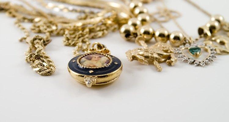 Los sellos de contraste que aparecen en las joyas de oro te pueden brindar mucha información acerca de la pieza.
