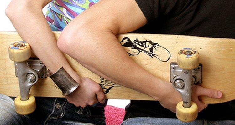 Observe a parte da frente para encontrar o bico e a curva para determinar a parte de trás do skate
