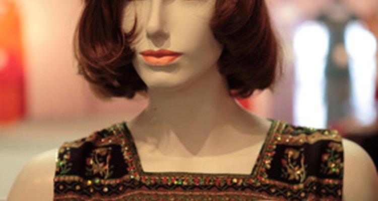 Perucas sintéticas possuem um brilho artificial que as diferencia de cabelo de verdade