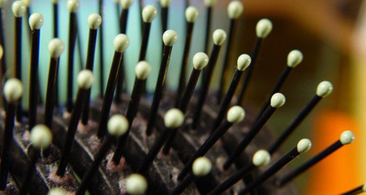 Escovas de cabelo colecionam piolhos após escovar um cabelo infectado