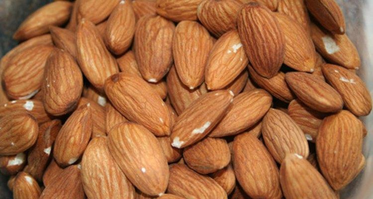 Las grasas saludables para el corazón en las almendras se cree que ayudan a tener controlado el colesterol.
