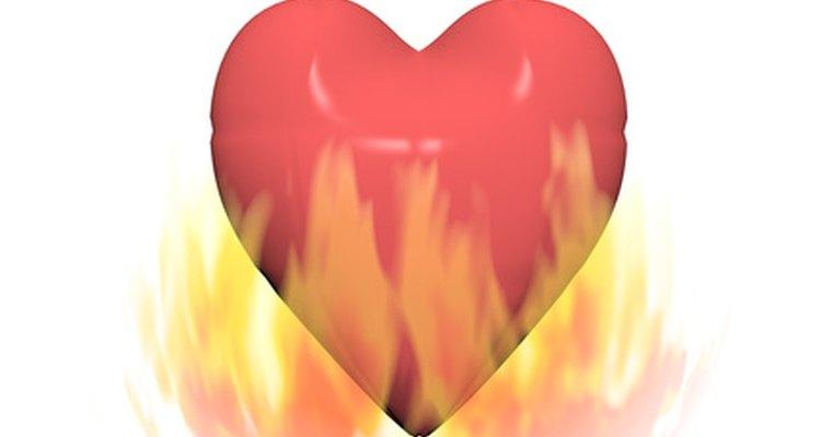 Você pode adicionar fogo em espaços em branco para complementar muitas tatuagens, incluindo corações