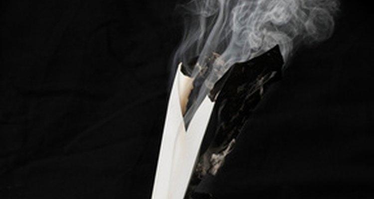 Papel branco puro produz cinza fina e cinzenta