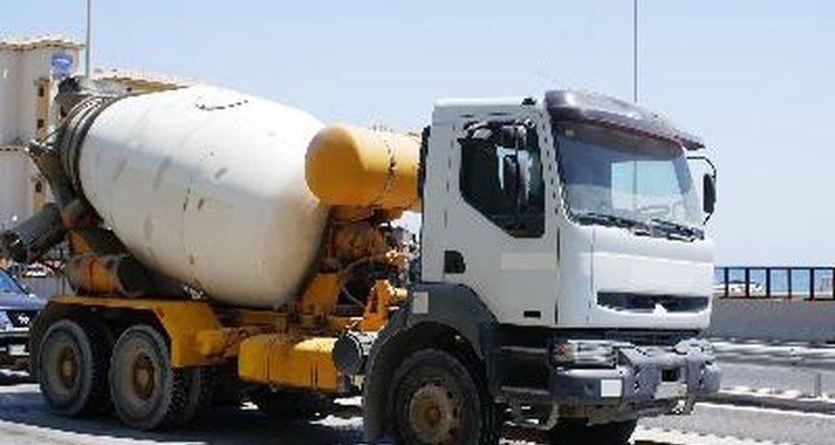 Un gran camión revolvedor de concreto hace que preparar la mezcla de color sea más sencillo.