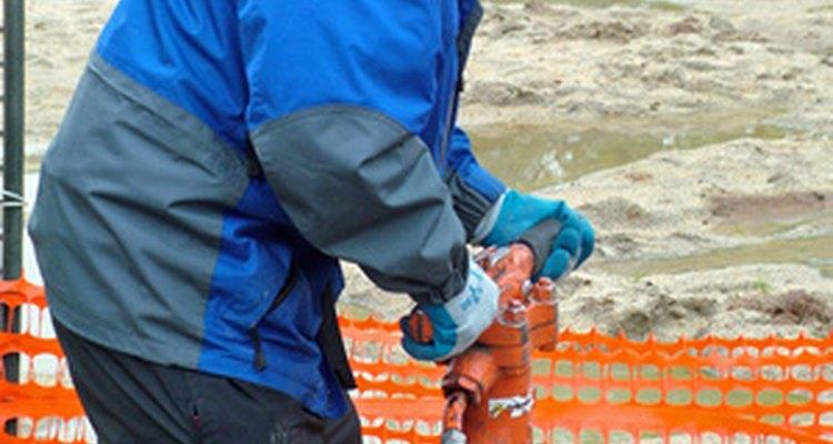 O martelo pneumático destrói o concreto como se fosse formado por várias talhadeiras