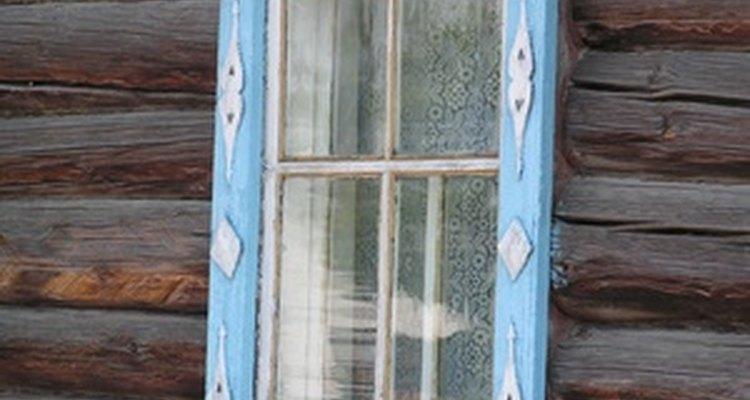 Deixar o ar fresco entrar na sua casa ajudará o cheiro de fumaça a desaparecer