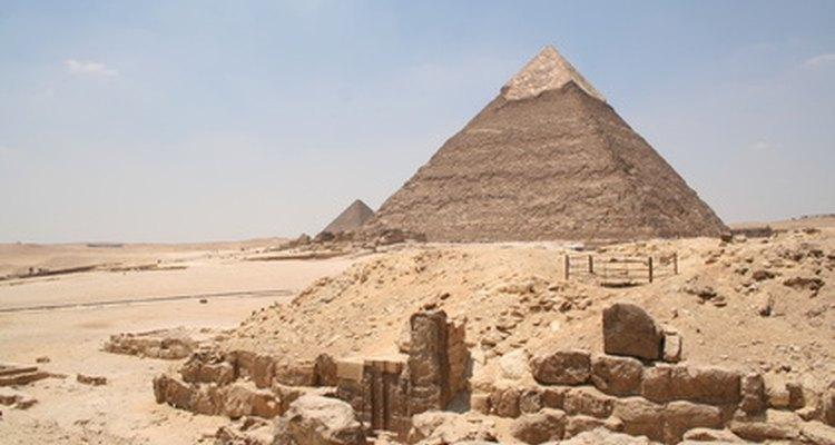 Cubre las paredes con pósters de Egipto o jeroglíficos dibujados a mano en papel marrón.