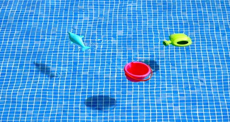 Los juguetes de piscina resisten mejor en una de fibra de vidrio.