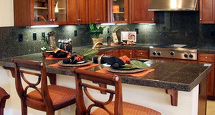Una cocina contemporánea con alacenas de madera a la medida.