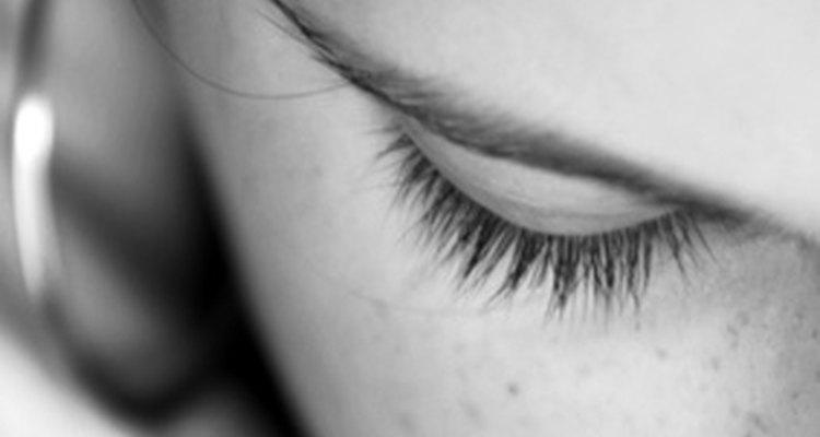 Depilação com linha é um modo de remover pelos indesejáveis nas sobrancelhas