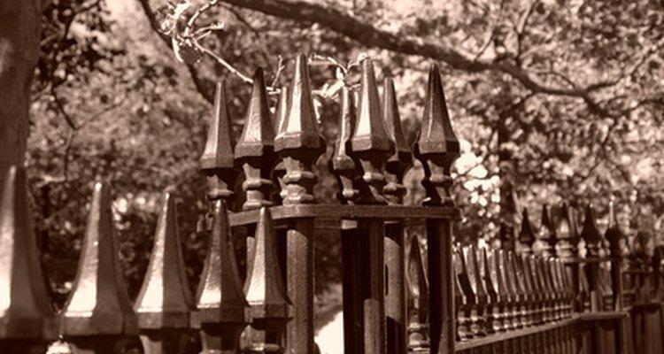 Utiliza cercas de hierro forjado para hacer un respaldo con personalidad.