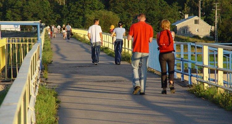 Caminar no eleva tu ritmo cardíaco tanto como las formas de mayor intensidad de ejercicio.