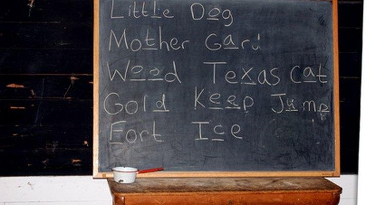 Escribe una lista de tareas en la pizarra.
