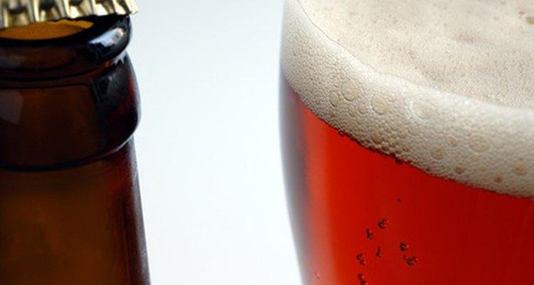 Hacer tu propio alcohol puede ser sencillo con un par de ingredientes de la tienda de abarrotes y artículos del hogar.