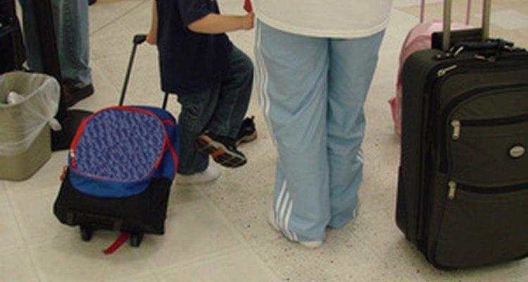 Dejarle que lleve su equipaje le puede ayudar a ganar independencia.