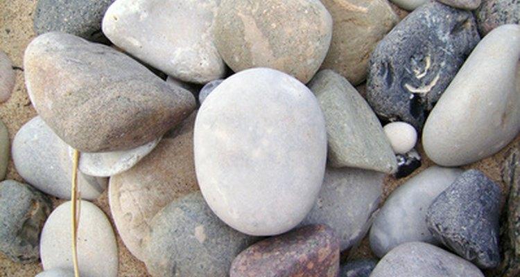 Todas as pedras são porosas e permitem que água penetre nelas, a menos que sejam impermeáveis, tornando-as resistentes a água