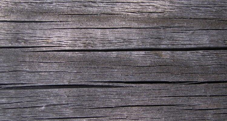 Criar fendas na madeira nova pode dar um visual envelhecido e arruinado pelo tempo