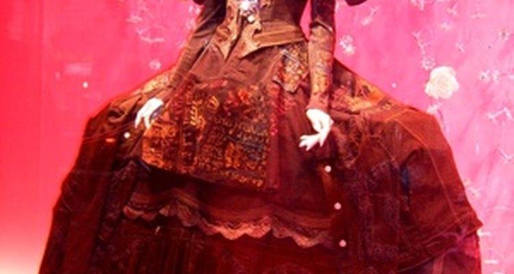 Los vestidos de la época medieval fueron hechos a mano, así que eran pesados y complicados en el diseño.