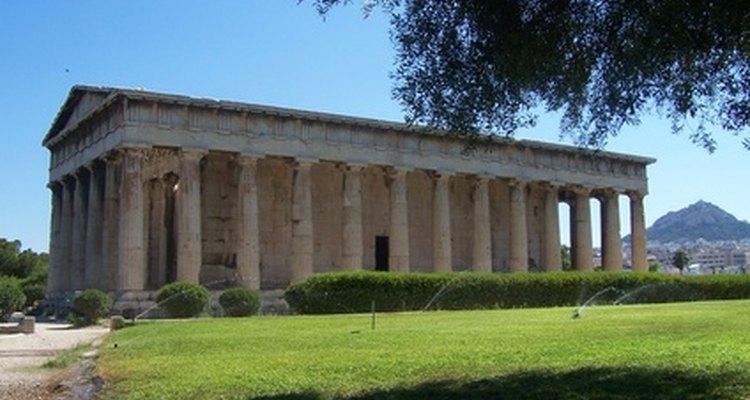 O Partenon é uma combinação de arquitetura dórica e jônica. As grossas colunas em estilo dórico não têm uma base ou volutas na coroa, mas são caneladas como colunas jônicas.