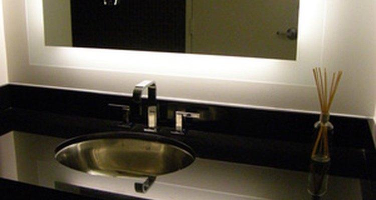 Pintar los estantes del baño puede lograr un gran cambio por poco dinero.
