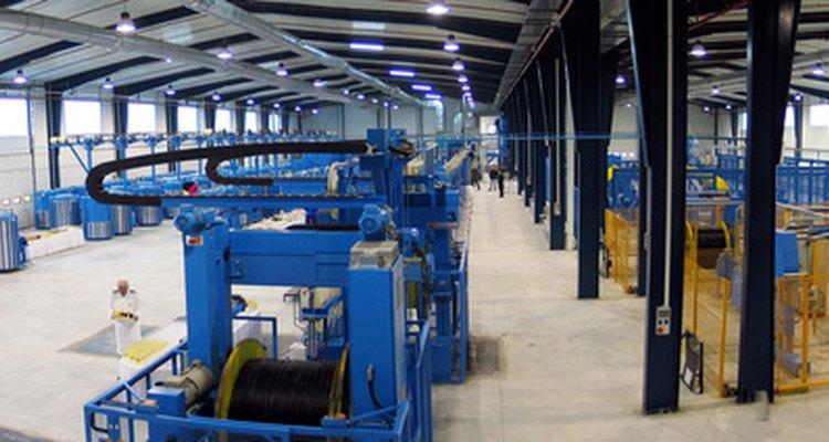 Los ingenieros de fabricación industrial mejoran las fábricas y su producción.