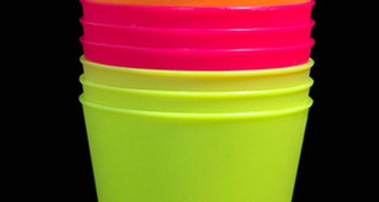 Copos de plástico podem ser pintados para criar um copo personalizado