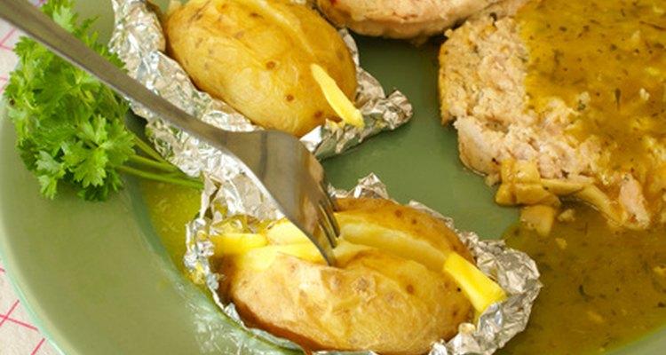 Las papas asadas son una buena fuente de fibra si se les deja la cáscara.