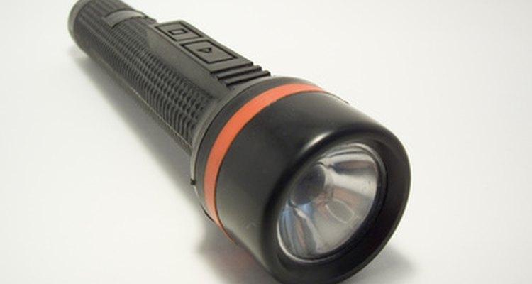 Una de muchas piezas de equipo para un guardia de seguridad es una linterna.