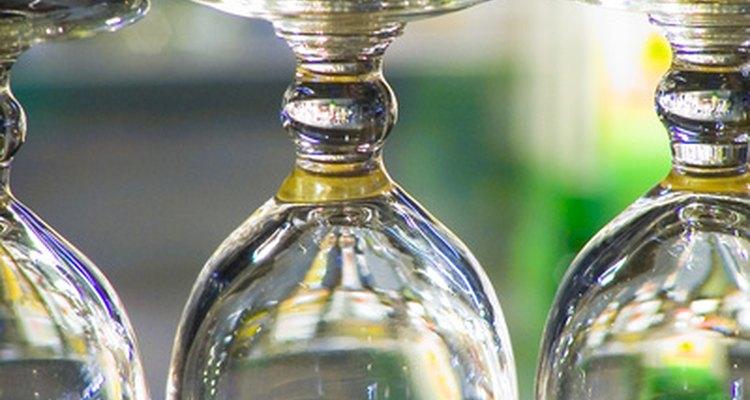 El cantinero mantiene limpia la cristalería.