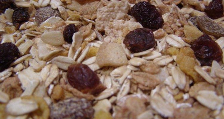 Muesli é composto principalmente de aveia crua e outros grãos misturados com nozes e frutas picadas