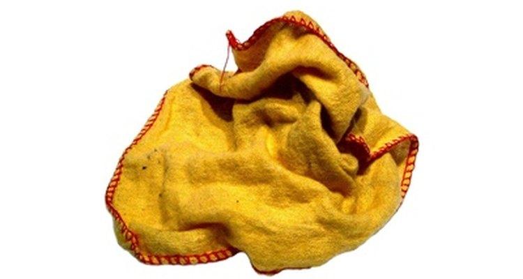 Una un trapo o paño sin pelusa para limpiar suavemente el área agrietada.