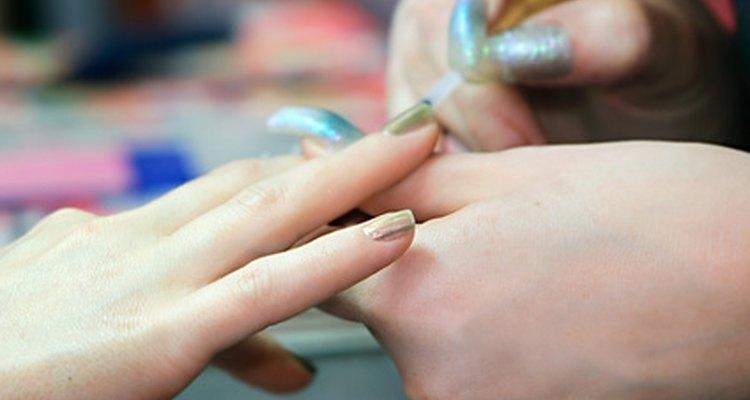Las uñas falsas pueden dejar las uñas naturales quebradizas, débiles y secas.
