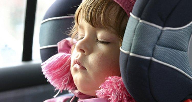 Los dispositivos de retención infantil adecuados ayudan a proteger contra lesiones en accidentes automovilísticos.