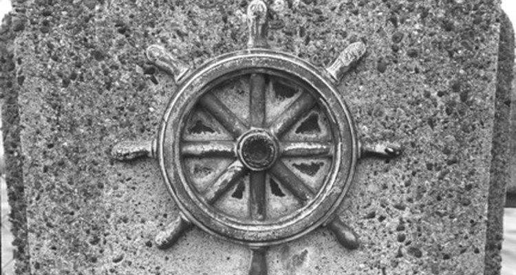Una rueda de timón de nave tiene 8 o más asas.