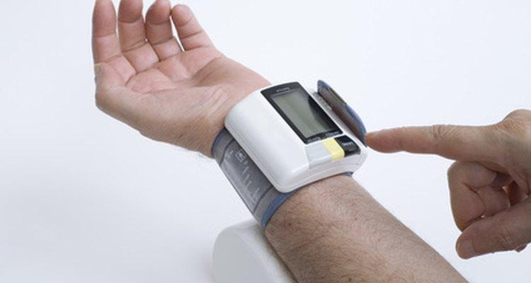 Las personas con presión arterial alta hacen seguimiento del progreso con medidores hogareños.