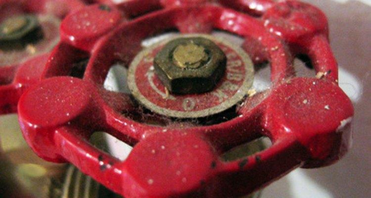Use uma válvula de água para interromper o fluxo de água