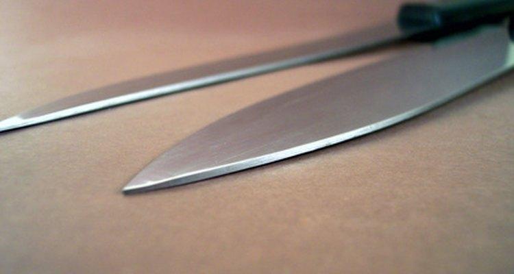 Quita las manchas de grasa del acero inoxidable sin esfuerzo usando artículos para el hogar.