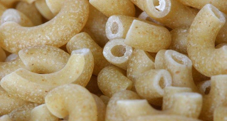 Los macarrones constituyen un alimento perecedero que a menudo se incluye en las canastas de alimentos para gente necesitada.