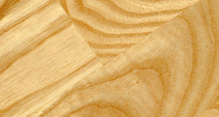 Pisos de madeira barulhentos podem indicar instalação inadequada, madeira de má qualidade ou idade
