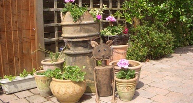 Las plantas en macetas y los contenedores de jardinería funcionan muy bien en un patio.