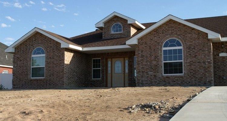 Colocar las tejas de un techo complejo costará más que las de un tejado simple a dos aguas.