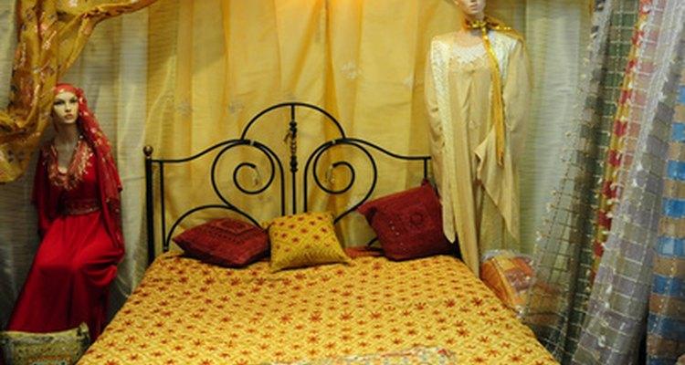 Usa tu imaginación al seleccionar y colgar tus cortinas de cama de dosel.