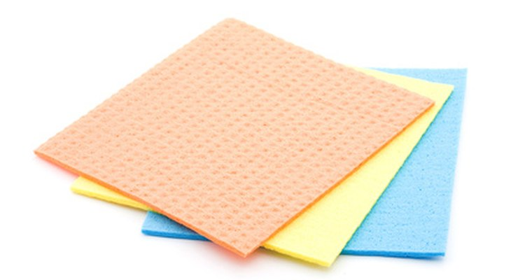 Limpe o decalque suavemente com um pano umedecido, limpo e sem fiapos