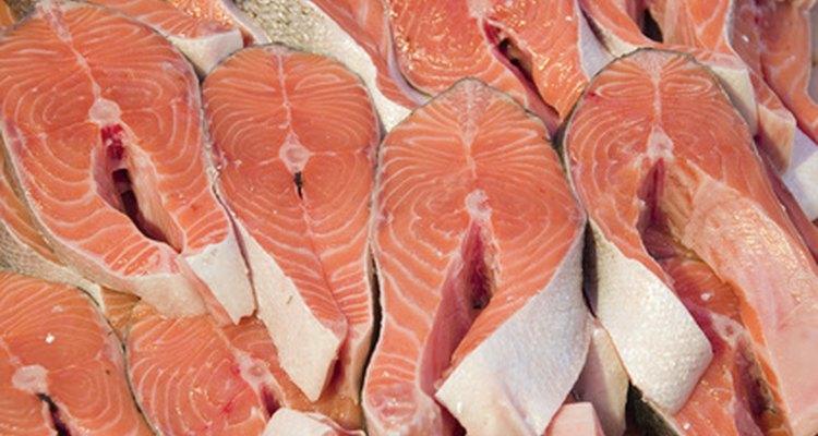 El salmón se ahúma en rodajas.