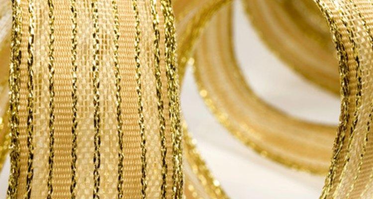 Usa cintas bonitas de color oro para terminar tus cajas de papel.